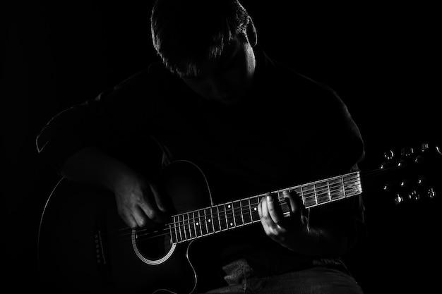 Człowiek Z Gitarą W Ciemności Darmowe Zdjęcia