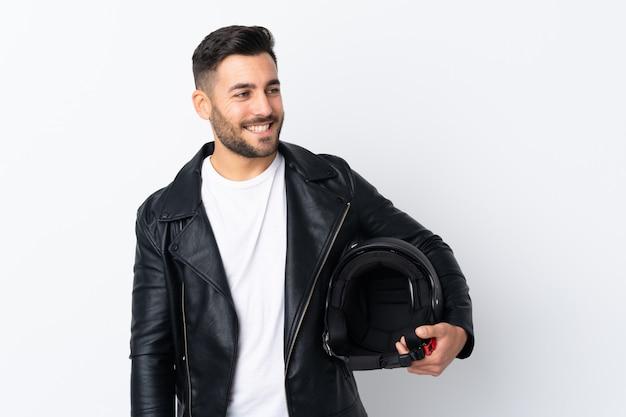 Człowiek Z Kaskiem Motocyklowym śmiejąc Się Premium Zdjęcia