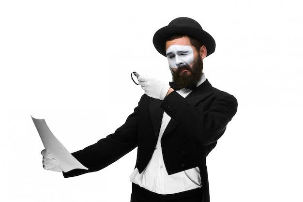 Człowiek Z Mimem Twarzy, Czytanie Przez Szkło Powiększające Darmowe Zdjęcia