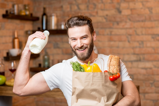 Człowiek z mlekiem i torbą pełną jedzenia Premium Zdjęcia