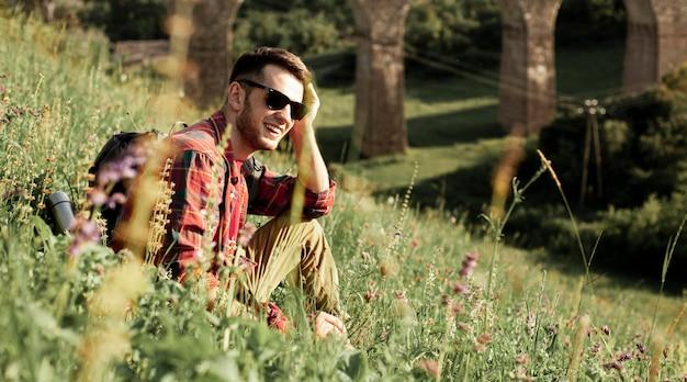 Człowiek Z Okulary Siedzi W Zielonym Polu Darmowe Zdjęcia