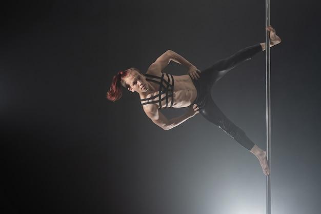 Człowiek Z Pylonem. Czarny Tancerz Taniec Na Rurze Premium Zdjęcia