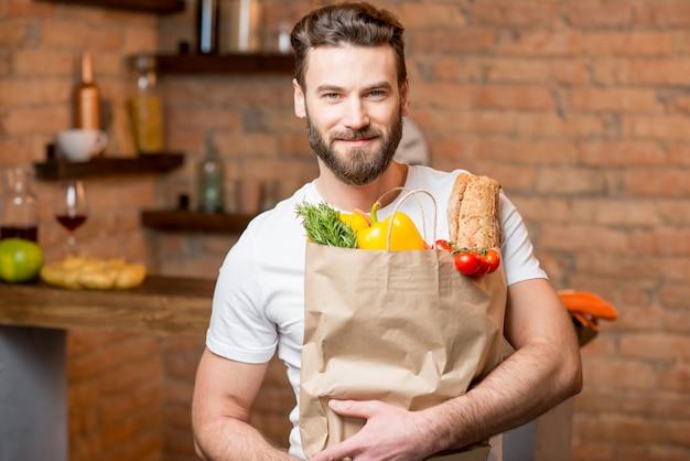 Człowiek z torbą pełną jedzenia Premium Zdjęcia