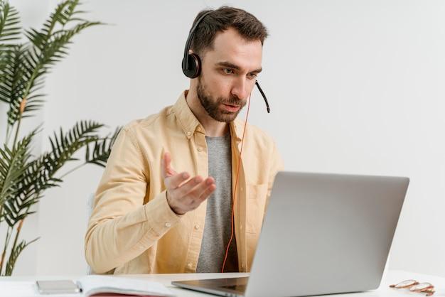 Człowiek Z Zestawem Słuchawkowym O Rozmowie Wideo Na Laptopie Darmowe Zdjęcia