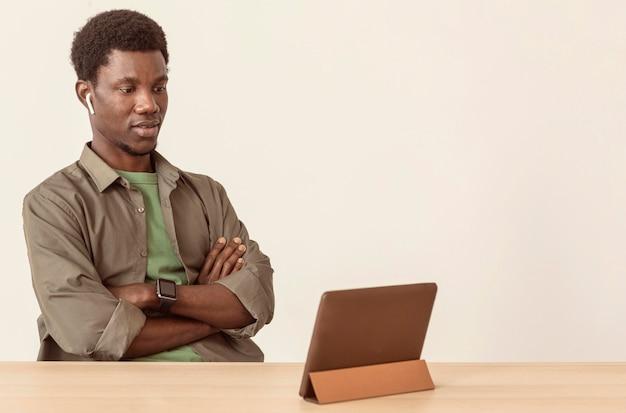 Człowiek Za Pomocą Air Strąków I Patrząc Na Cyfrowy Tablet Darmowe Zdjęcia