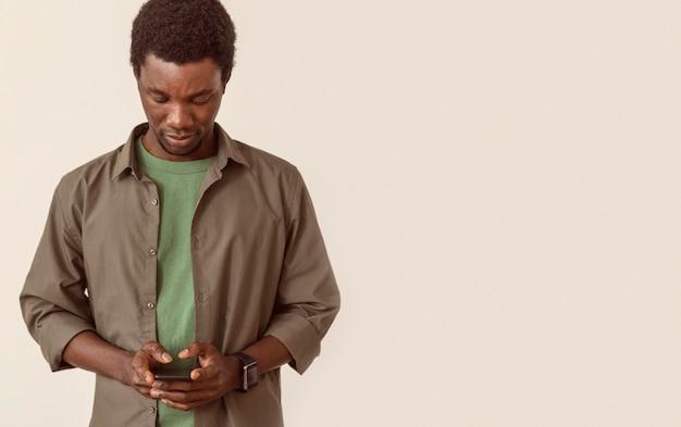 Człowiek Za Pomocą Miejsca Na Kopię Smartfona Darmowe Zdjęcia