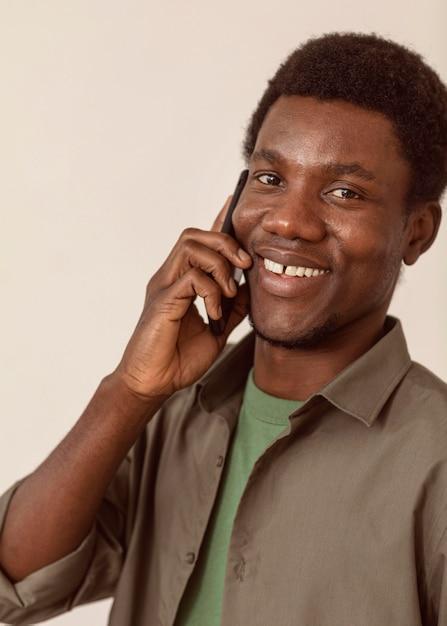 Człowiek Za Pomocą Smartfona I Mówi Darmowe Zdjęcia