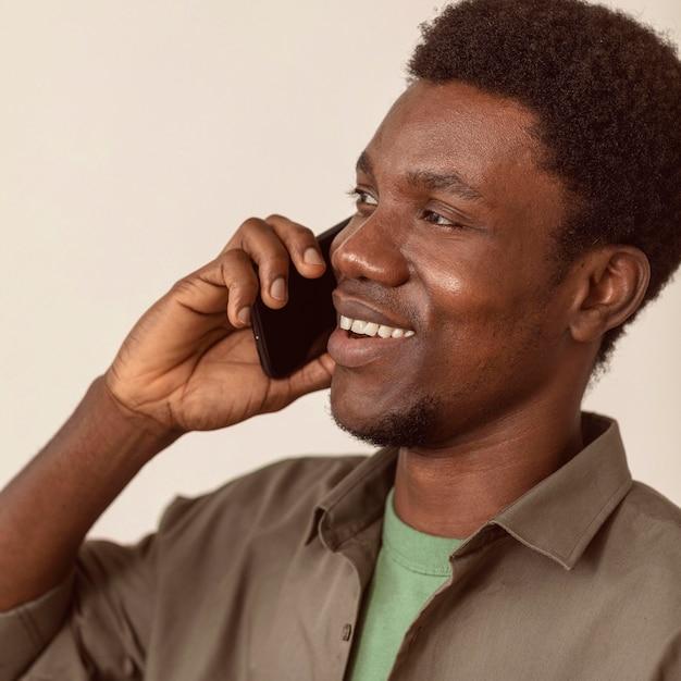 Człowiek Za Pomocą Smartfona I Rozmawiając Z Bliska Darmowe Zdjęcia