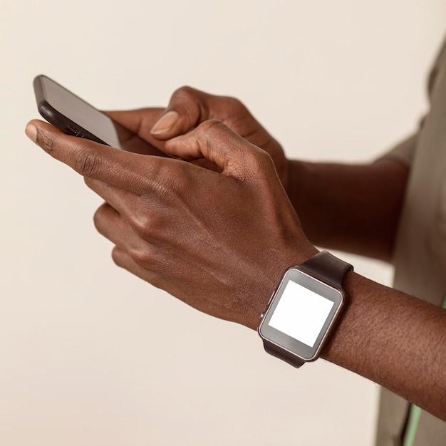 Człowiek Za Pomocą Smartfona Z Bliska Darmowe Zdjęcia