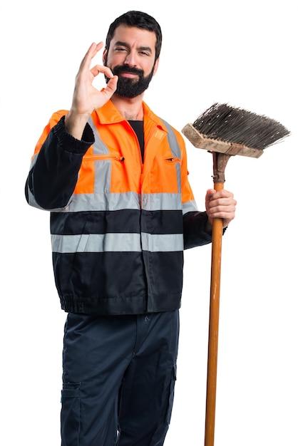 Człowiek Ze śmieciami Czyniąc Znak Ok Darmowe Zdjęcia