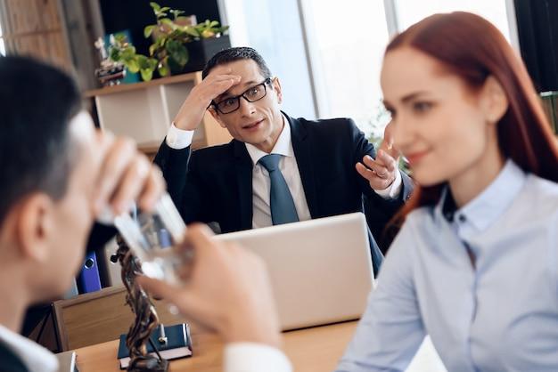 Człowieku, Wypij Szklankę Wody W Biurze Prawników Na Rozwód. Premium Zdjęcia