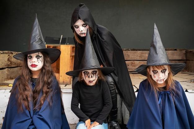 Cztery Dziewczynki W Karnawałowych Kostiumach Wiedźm I Zombie Premium Zdjęcia