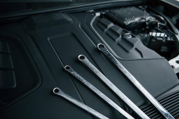 Cztery Klucze. Napraw Narzędzia Pochylone Pod Maską Samochodu. W Kolorze Srebrnym Darmowe Zdjęcia