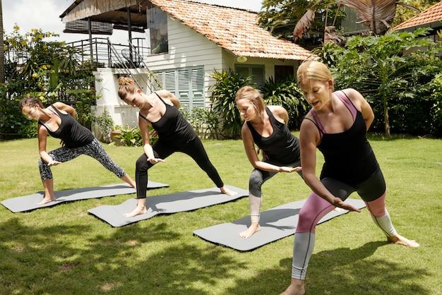 Cztery kobiety ćwiczy joga outdoors w pogodnym letnim dniu Darmowe Zdjęcia