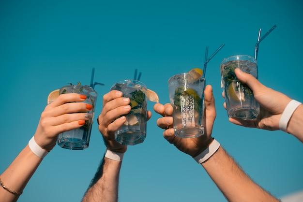 Cztery koktajle mojito w rękach Premium Zdjęcia