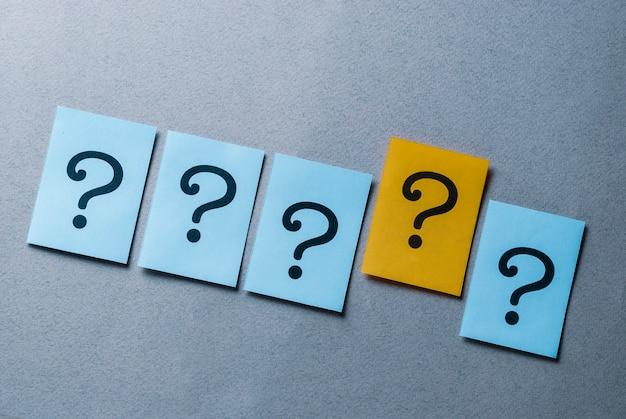 Cztery znaki zapytania na niebiesko i jeden na żółto Premium Zdjęcia