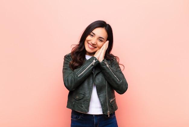 Czuć Się Zakochanym I Wyglądać Uroczo, Uroczo I Radośnie, Uśmiechając Się Romantycznie Rękami Obok Twarzy Premium Zdjęcia
