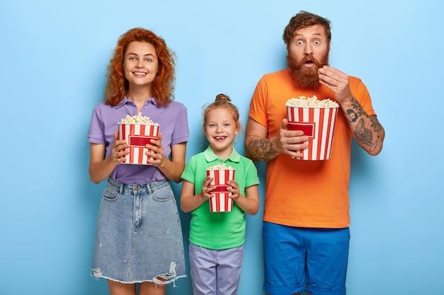 Czuła Imbirowa Rodzina Pozuje Z Popcornem Darmowe Zdjęcia