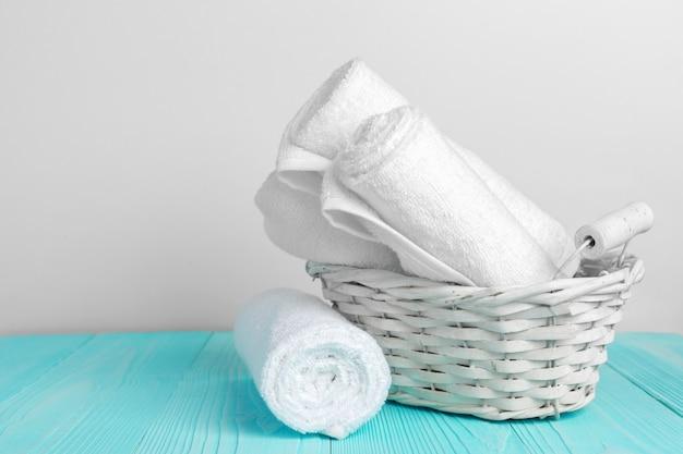 Czyścić miękkie ręczniki na drewnianym stole Premium Zdjęcia