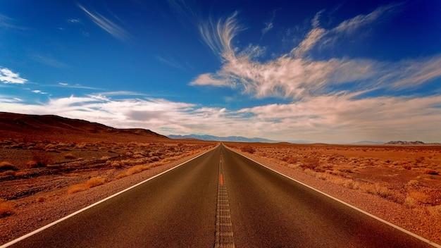 Czysta, Czarna, Betonowa Droga Pod Biało-niebieskim Niebem Darmowe Zdjęcia