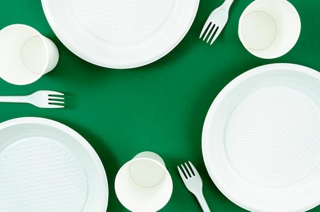 Czyste Białe Naczynia Na Zielonym Tle Darmowe Zdjęcia
