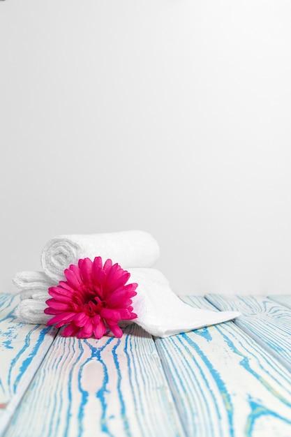 Czyste Drewniane Ręczniki Z Kwiatkiem Na Drewnianym Stole Premium Zdjęcia