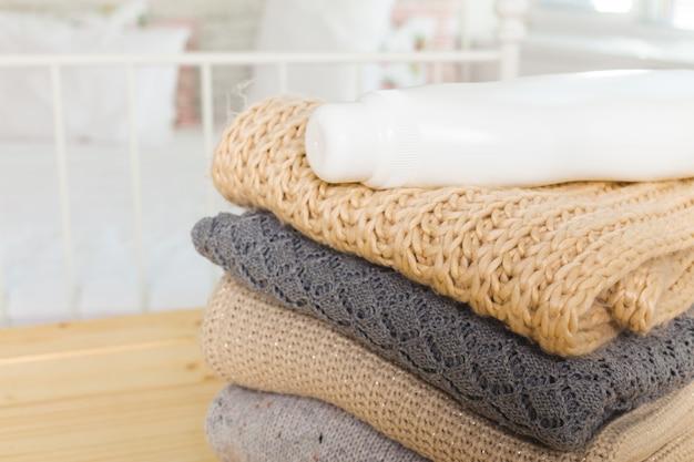 Czyste Ubrania Z Płynem Do Mycia Naczyń Premium Zdjęcia