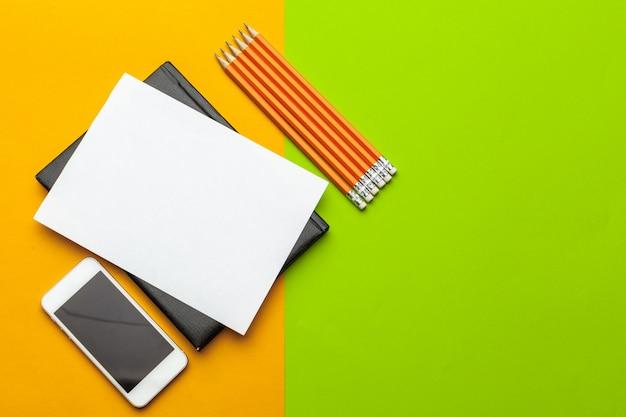Czysty Papier Z Inteligentnego Telefonu Na Biurku. Widok Z Góry, Leżał Płasko Premium Zdjęcia