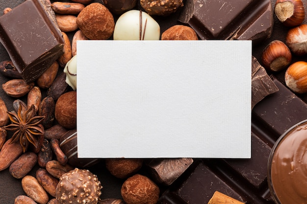 Czysty papier z pyszną czekoladą Darmowe Zdjęcia