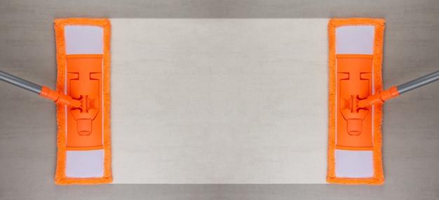 Czyszczenie Szarej Podłogi Ceramicznej Z Pomarańczowym Mopem Premium Zdjęcia