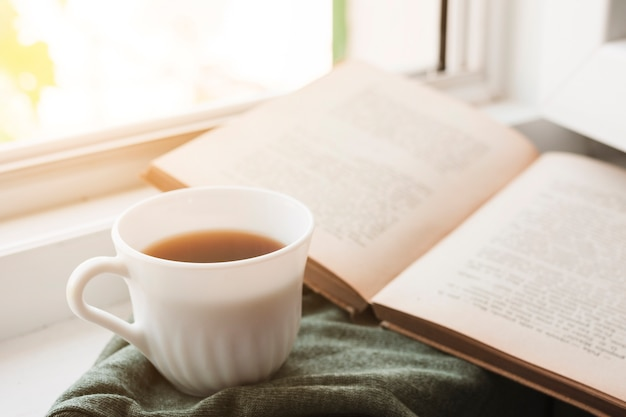 Czytanie książki i picie kawy Darmowe Zdjęcia