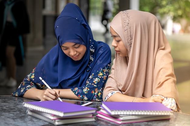 Czytanie Książki Ucznia Muzułmańskiego Premium Zdjęcia