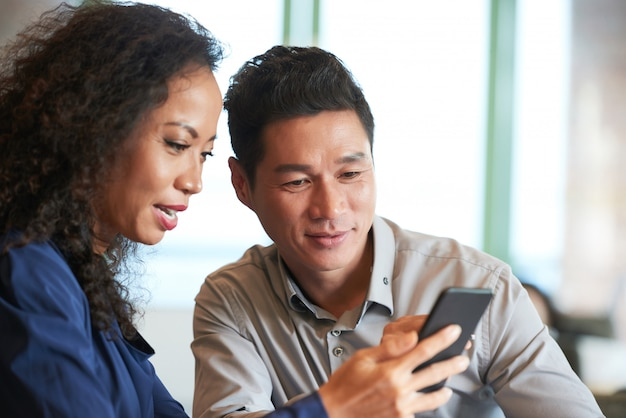 Czytanie wiadomości w smartfonie Darmowe Zdjęcia