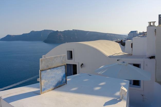 Dach Hoteli Na Tle Morza śródziemnego Na Wyspie Santorini, Wioska Oia. Premium Zdjęcia