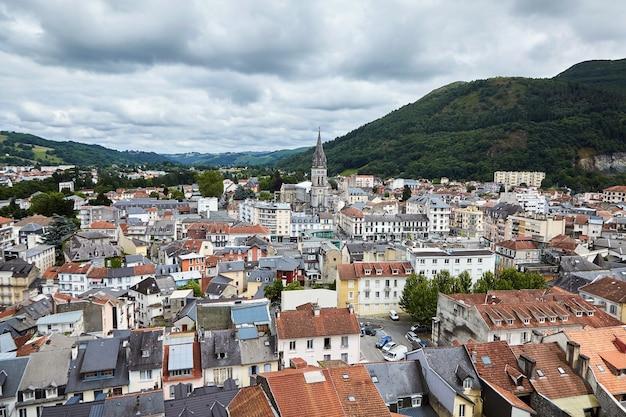 Dachy Budynków I Kościół Najświętszego Serca Pana Jezusa W Lourdes We Francji. Premium Zdjęcia