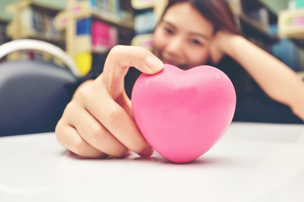 Daj różowe serce i kochaj cię Premium Zdjęcia