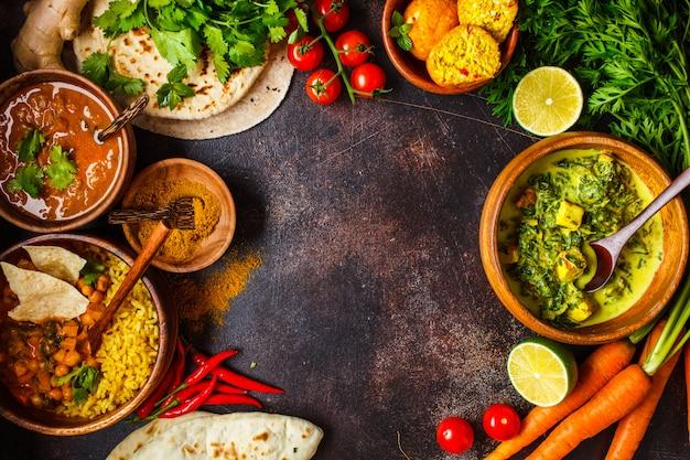 Dal, Palak Paneer, Curry, Ryż, Chapati, Chutney W Drewnianych Misach Na Ciemnym Stole. Premium Zdjęcia