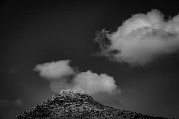 Dalekiego Zasięgu Strzał Góra Z Domami Na Górze W Czarny I Biały Darmowe Zdjęcia