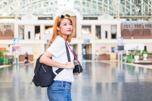 Dama Z Plecakiem I Kamera Na Staci Kolejowej Darmowe Zdjęcia