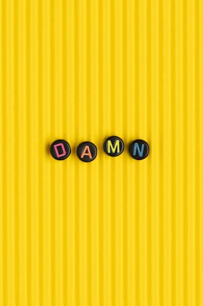 Damn Koraliki Tekst Typografia Na żółto Darmowe Zdjęcia