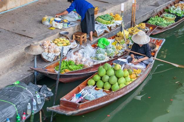 Damnoen Saduak Pływający Targ W Pobliżu Bangkoku W Tajlandii Premium Zdjęcia