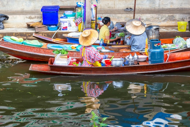Damnoen Saduak Spławowy Rynek W Ratchaburi Blisko Bangkok, Tajlandia Premium Zdjęcia