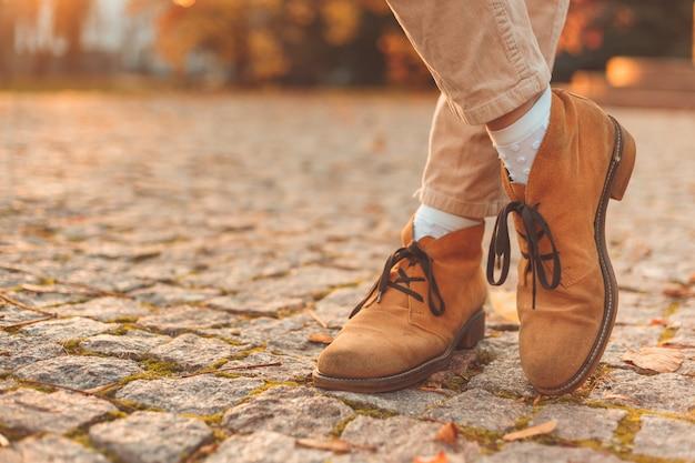 Damskie Nogi W Eleganckich Jesiennych Butach Z Nubuku. O Zachodzie Słońca W Mieście. Premium Zdjęcia