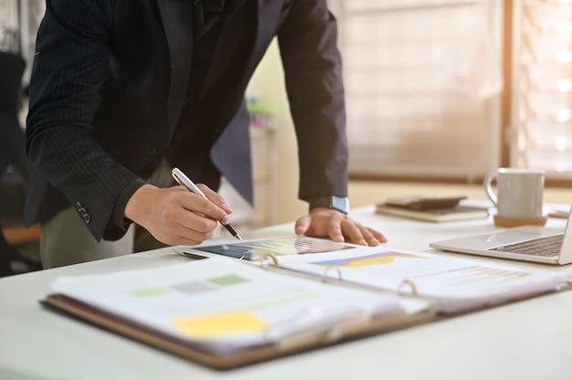 Dane analizy biznesmen na cyfrowym tablecie. Premium Zdjęcia