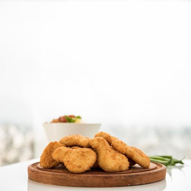 Danie z kawałków kurczaka na desce do serwowania Darmowe Zdjęcia