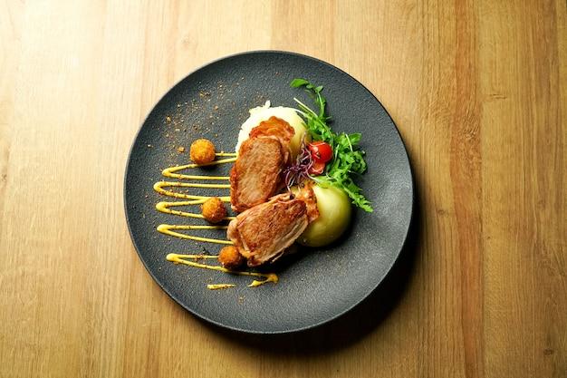Danie Z Kurczaka Na Stole W Restauracji Darmowe Zdjęcia