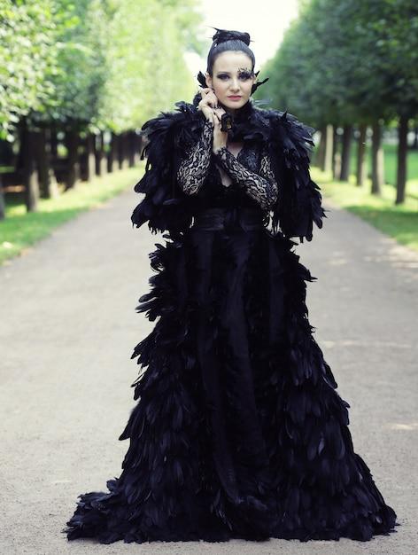 Dark queen in park Premium Zdjęcia