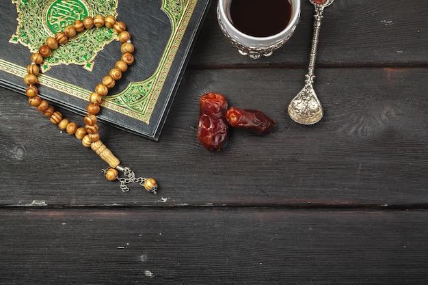 Data Owoce, Koran I Drewniane Różańce Na Drewnianym Muzułmanach Ramadan, Błogosławiony Piątek Wiadomość I Trzy Miesiące Premium Zdjęcia