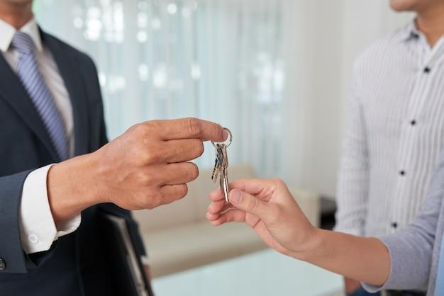 Dawanie kluczy właścicielowi mieszkania Darmowe Zdjęcia