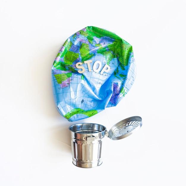 Deflated earth balloon i metalowy kosz na śmieci Darmowe Zdjęcia